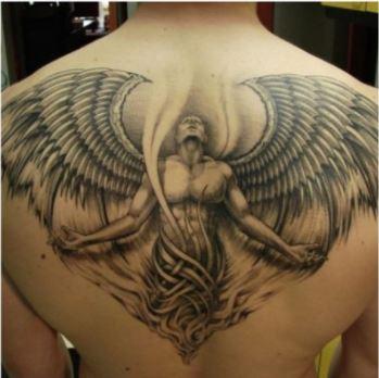 Angel rendido mirando a la cabeza tatuaje espalda completa