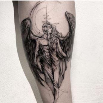 Tatuaje mitad demonio y angel muslo