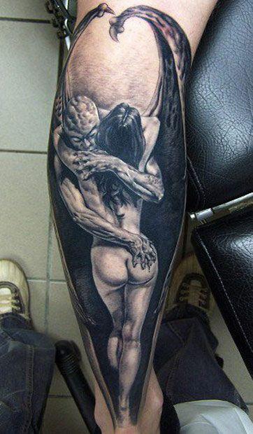 tatuaje antebrazo demonio alado abrazando a mujer desnuda